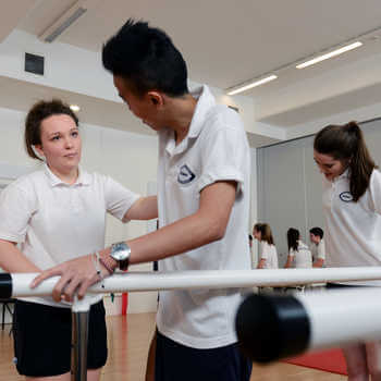 physiotherapy-students-at-brunel-university-london-practicing-an-exercise-in-a-skills-lab-2