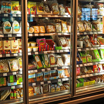 Active refrigeration shelf with thermal storage